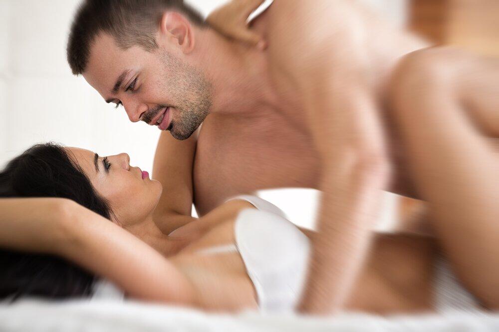 муж целует обконченную жену привстал